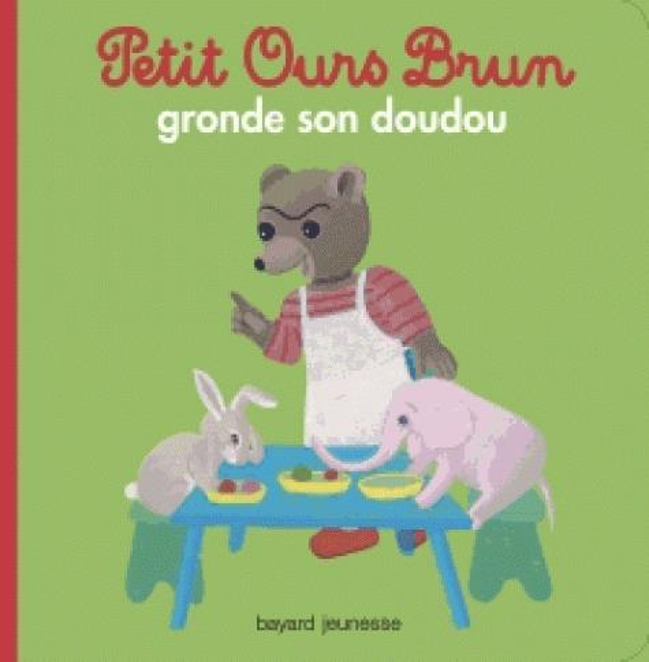 Petit ours brun gronde son doudou