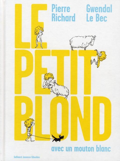 Le petit blond avec un mouton blanc