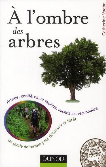 à l'ombre des arbres ; un guide de terrain pour découvrir la forêt ; arbres et arbustes, sachez les reconnaître