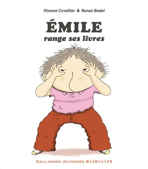 Emile range ses livres