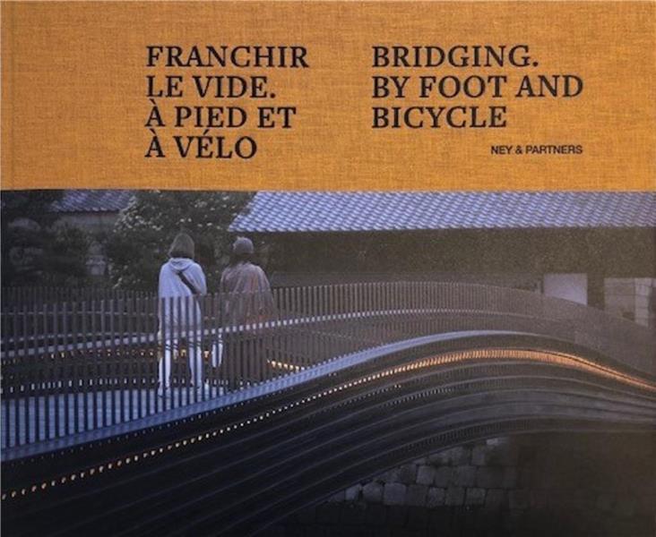 Franchir le vide à pied et à vélo